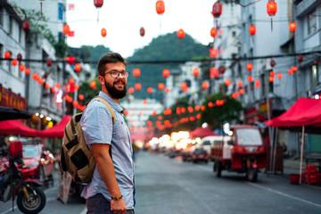 Putnik koji istražuje ulicu azijske tržnice hrane