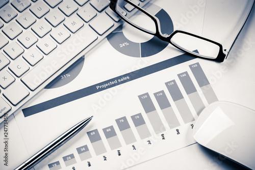 Fotografía  Preparing average sales report
