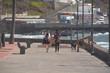 Amigas paseando por un paseo marítimo en las costas de Tenerife