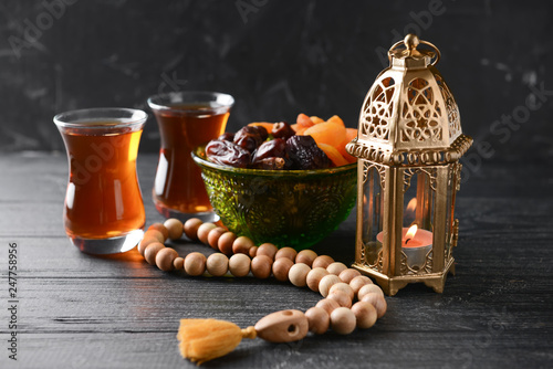 Carta da parati Muslim lamp, dried fruits, tea and tasbih on wooden table
