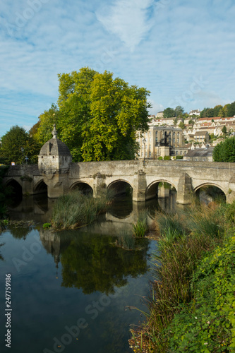 Foto  The well known ancient bridge over the River Avon with its one-time chapel and l