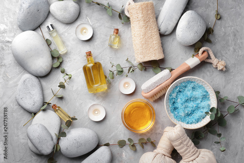 Fotomural  Spa composition with stones and cosmetics on grey background