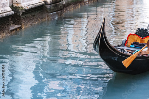 Cadres-photo bureau Gondoles Gondola with tourists travels along the Grand Canal in Venice