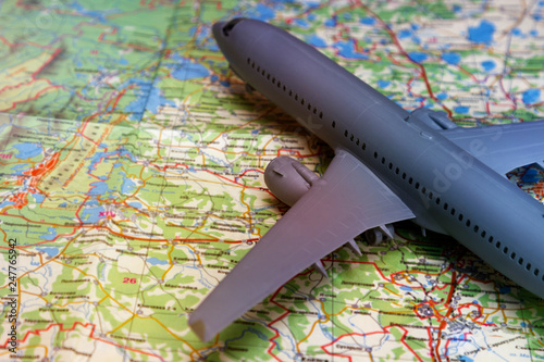 Fotografia  the plane on the background of a geographical map