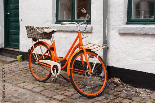 Foto auf AluDibond Orange Bicycle on the Street