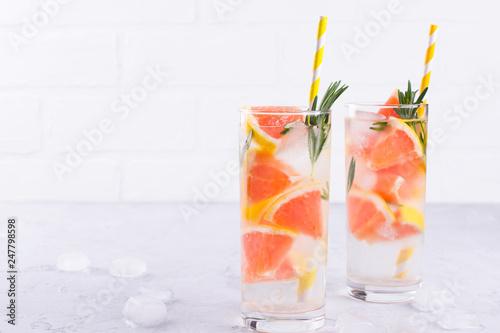 Fotografia  Cold fresh  homemade  lemonade with grapefruit ice, and rosemary herbs