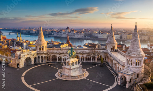 Carta da parati  Budapest, Hungary - The famous Fisherman's Bastion at sunrise with statue of Kin