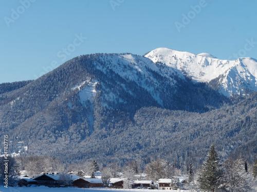 Papiers peints Bleu nuit Les Alpes de Bavière. Le sommet du Hirschberg enneigé vu du village de Scharling