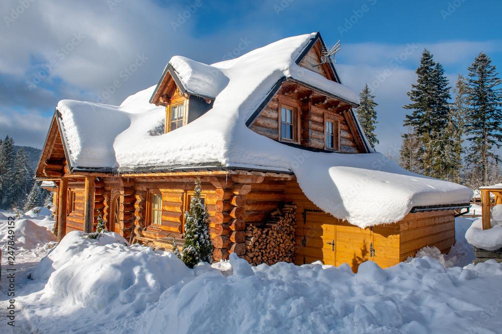 Fototapeta tradycyjny dom Góralski w zimie