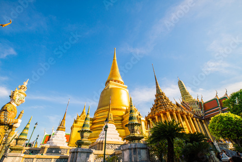 Photo  Temple of the emerald buddha golden pagoda with blue sky cloud