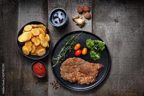 Fototapeta Grillowany stek z karkówki.  Karczek barbecue podany z pieczonymi ziemniakami. obraz