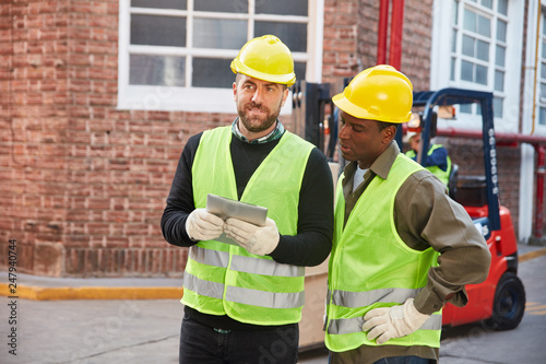 Staande foto Hoogte schaal Zwei Lagerarbeiter mit Tablet Computer