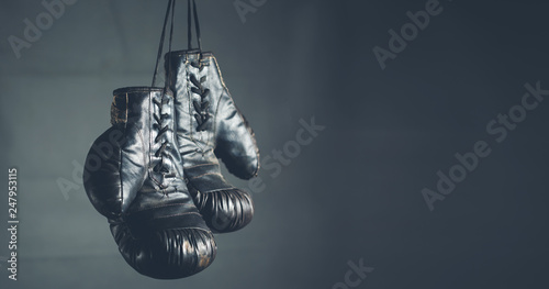 Fényképezés boxing gloves on the dark background