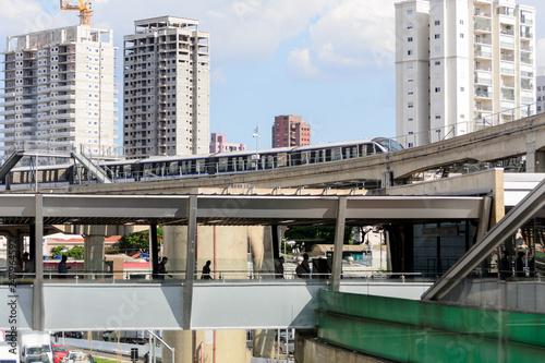 """Plakat Sao Paulo, Brazylia, grudzień 2018 r. Stacja metra Vila Prudente, różne """"warstwy"""" transportu, punkt wymiany"""