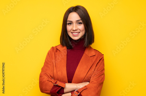 Photo  Portrait of young woman over white wall