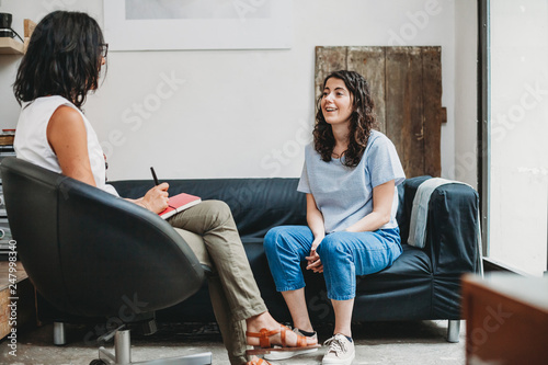 Psychotherapy session, woman talking to his psychologist in the studio Fototapete