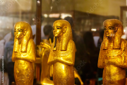 Photo Ancient egyptian golden statuettes of pharaohs  in the Museum of Egyptian Antiqu