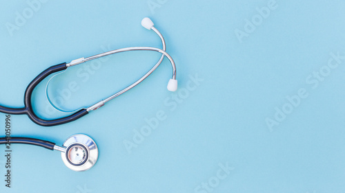 Canvastavla  An elevated view of stethoscope over blue background