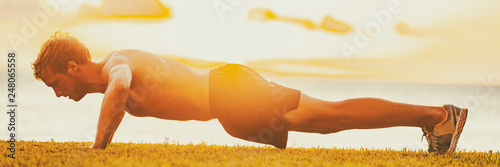 Fotografía  Fitness man working out arms doing push-ups outside in sunset
