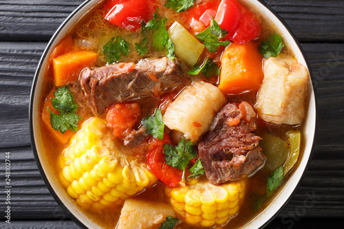 Fotografía  Sancocho Recipe a hearty and absolutely delicious stew made with meat, vegetables and spice close-up on a plate