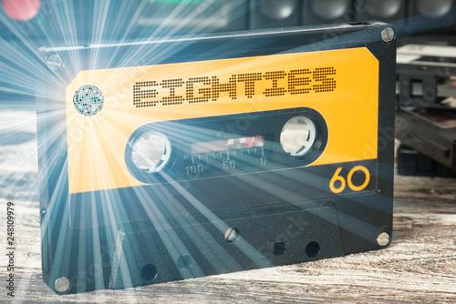 Fotomural Ein Kassetenrecorder und eine Kassette mit der Musik der achtziger Jahre