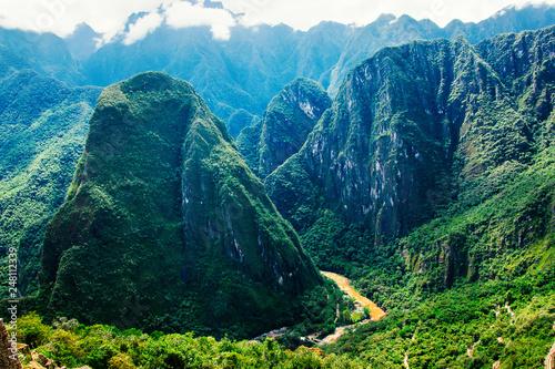 Malowniczy widok na dolinę Urubamba i okoliczne góry z ruin Machu Picchu w Peru