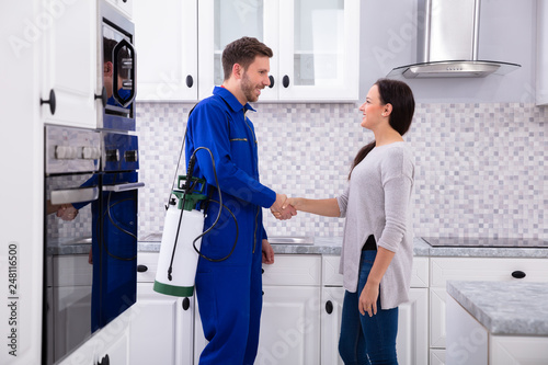 Fotografía  Pest Control Worker Shaking Hands With Woman