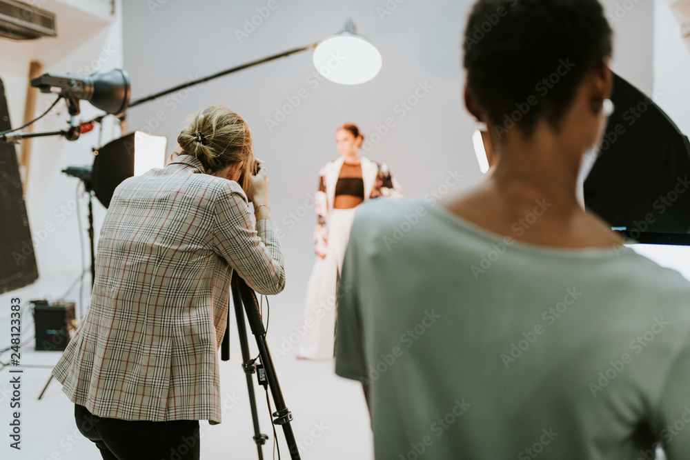 Fototapety, obrazy: Photographer in a session with a model