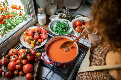 Photo Homemade tomato soup cooking in the kitchen