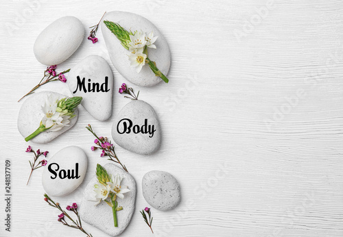 Photo  Spa stones and beautiful flowers on wooden background