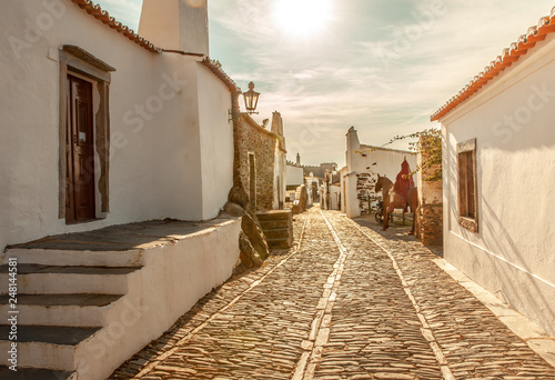 Photo Stands Narrow alley Medieval Village Monsaraz in Alentejo Portugal