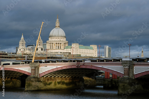 Photo  panorama with london bridge and saint paul cathedral against blue sky