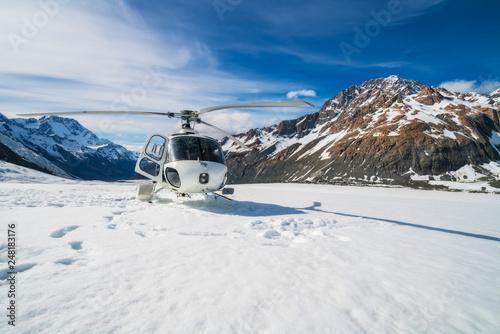 Helicopter landing on snow mountain in tasman glacier in Mt Cook, New Zealand Fototapet