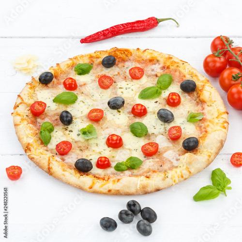Pizza Margherita piec kwadrat na drewnianej desce