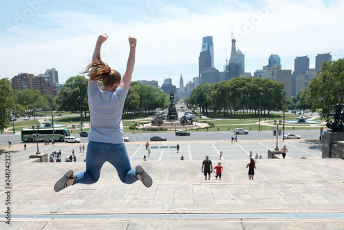 Fotografia A women jumping in the iconic film location of Rocky in Philidephia