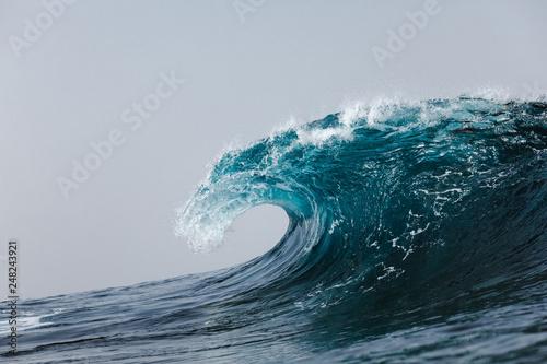 olas rompiendo en el océano