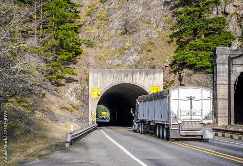 Zdjęcie XXL Dwa duże, komercyjne ciężarówki długodystansowe ciągnące się w tunelu ku sobie