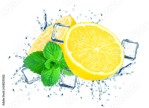 Foto op Canvas In het ijs lemon splash water and ice isolated on white