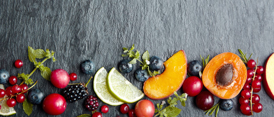 Koncepcja transparent z owoców i jagód