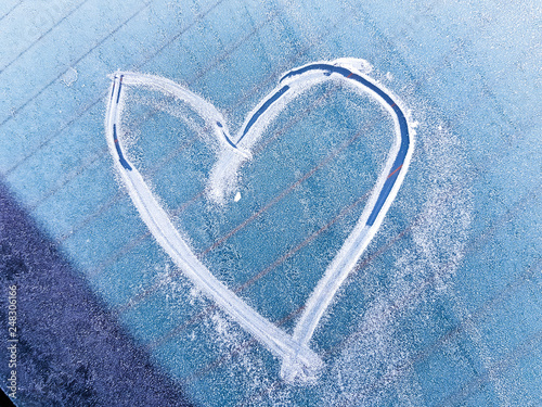 Foto  A heart scratched into the ice on a windshield