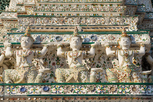 Foto  Sculptures in the design of the main prang of the Buddhist temple Wat Arun