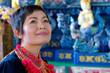 Femme dans le temple bleu Chiang rai.