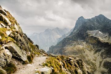Ścieżka w górach szlak turystyczny nad urwiskiem w Tatrach w Polsce
