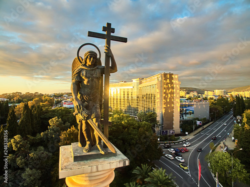 Fotografia the Monument of Mikhail the Archangel is a monumental column with a statue of the Archangel Michael, the head of the Heavenly host, patron Saint of the city of Sochi
