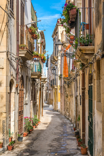 Fototapeten Schmale Gasse Picturesque street in Ortigia, Siracusa old town, Sicily, southern Italy.