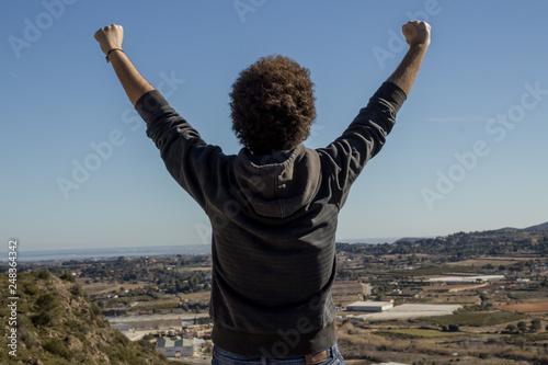 Fotografie, Obraz  Hombre satisfecho de escalar una montaña y llegar a la cima