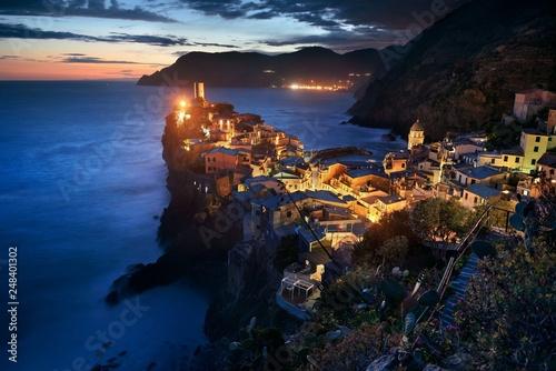 Foto auf AluDibond Ligurien Vernazza at night in Cinque Terre