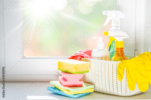 Fotografía  Spring cleaning concept - cleaning products, gloves, bokeh background, copy spac