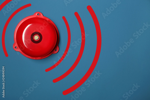 Photo Modern alarm bell on color background