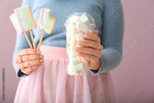 Fototapety, obrazy: Young woman with tasty marshmallows on color background, closeup